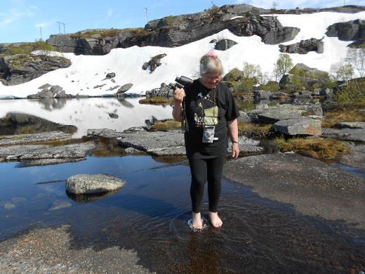 Tämä tarina kertoo lumesta ja jäisestä vedestä, johon Mäntyperän eukko kastoi varpaansa.