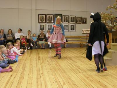 Mia Heikkinen Ferdinand-härkänä esiintyi sekä torilla että Tapiolan lastenoopperassa. Oopperan keroja Tarja Nybergillä oli myös tanssillinen rooli.