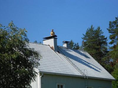 Joku oli kiivennyt katolle piipun juureen kisoja seuraamaan,  onneksi ei pökertynyt sinne helteeseen.
