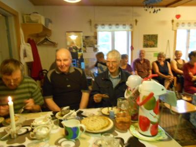 Tässä pöydän ääressä vasemmalta Markku Hongisto, Tauno Paukkunen ja Eino Juopperi, joka on kerhon ainoa yhä mukana oleva perustajajäsen!
