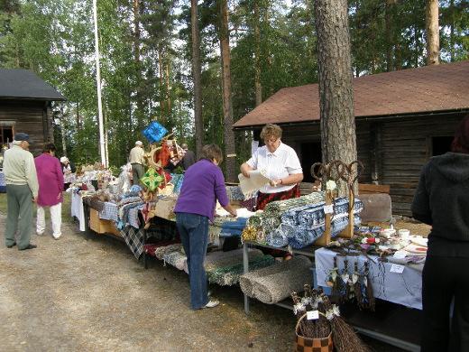 Maalaismarkkinoilla myydään perinteisiä, enimmäkseen lemiläisiä käsitöitä ja muita tuotteita.