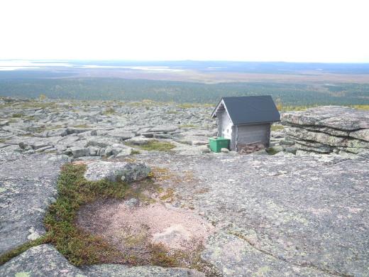 Pyhä-Nattasen huipulla pääväri on kuitenkin graniitinharmaa.