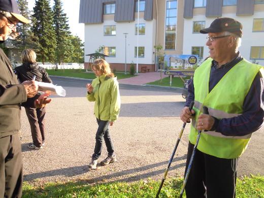 Vilho Kärmeniemi (oik.) otti osaa jo varsinaiseen maaottelumarssiin vuonna 1943 Kotalahden koululaisten joukossa.