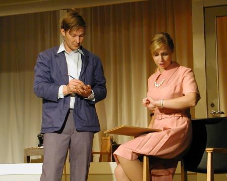 Vahtimestari Timo (Jussi Sinkko) taitaa puolestaan tykätä neiti Repolasta (Anu Pesari).