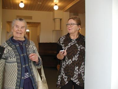 Aili Hytin pappilamuistoja oli kuulemassa myös Eija Sinkko.