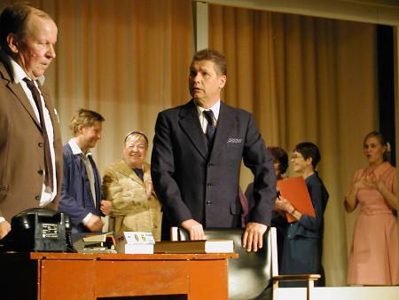 Konttoripäällikkö (Markku Peutere) auttaa johtajaa (Kai Grén) ymmärtämään liike-elämää ja elämää.