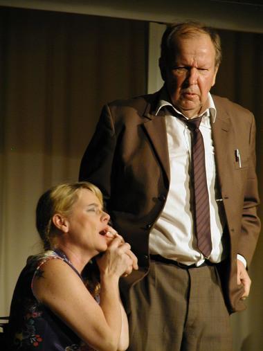 Vanda (Maija Hyväri) on kovin ihastunut Jakob Ryhtilään (Markku Peutere).