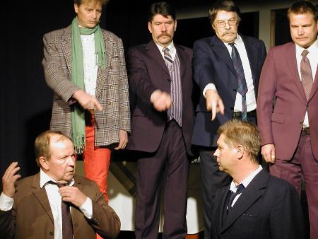 Näyttämöllä ei koskaan ole nähty yhtä paljon miehiä: Markku Peutereen ja Kai Grénin takana kuvaaan mahtuvat Arto Heimonen (vas.), Arto Penttilä, Pentti Kauppi ja Kalle Lahikainen.