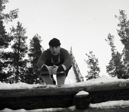 Heikki Hovi Vuolteen hyppyrin nokalla vuonna 1958.