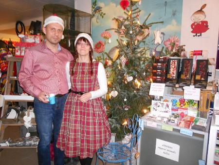 Joulukuusen eteen kuvattaviksi asettuivat liikkeen omistajat Marko ja Mari Haikola.