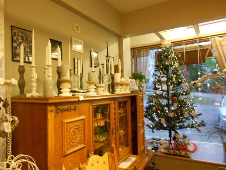 Vanhan kaapiston päällä arvokkaita valkeita ja hienon harmaita kynttilöitä.