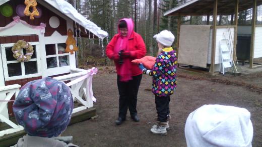 Juhlallisen seremonian nauhan leikkasi Kylämummomme Liisa Saira.