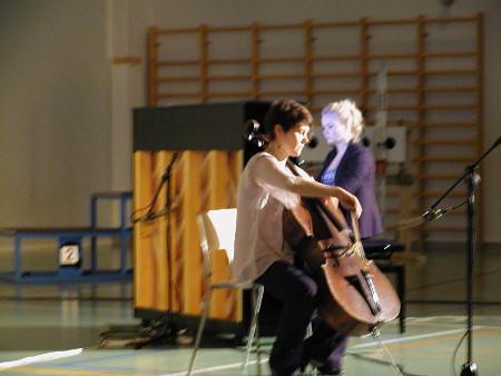 Sanna-Kaisa Ruoppa (sello) ja Inari Kytömäki juhlistivat juhlaa soitollaan.