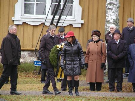Juhla alkoi messulla kirkossa ja sen jälkeen seppeleen laskulla sankarihaudoille. Seppeleen laskivat Matti Karhu, Jukka Kärmeniemi ja Leena Halme.