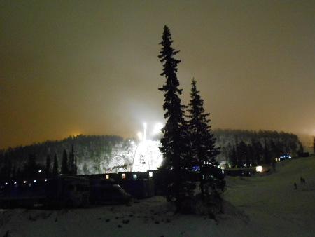Siispä tyydyttiin katselemaan kisa-alueen ulkopuolelta mäen valoja tuulessa huokailevien kuusten takaa
