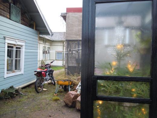 Siellä Vackerbacka-nimisen talon pihalla seisoi joulukuusi ja kristallikruunu tyhjässä puhelinkopissa.
