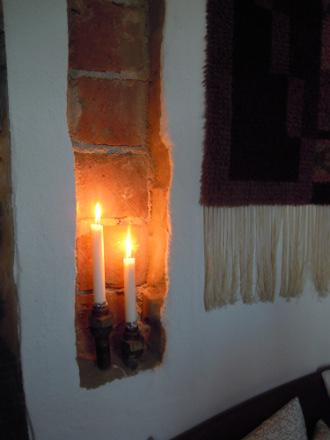 Siellä naapurissa oli tällainen kynttilänjalka muurin sisällä, vesijohtoliitosten päällä.