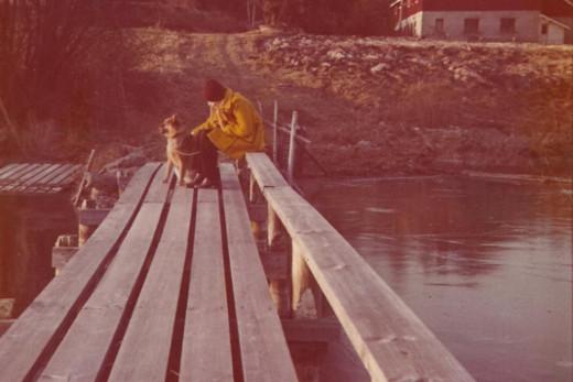 Tässä eukkomamma istuu laiturilla Joutsan Lankiansalmen rannassa uudenvuodenpäivänä 1973.