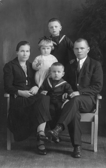 Heikki-eno, Elsa-täti, Eero, Eeva ja Eino  v. 1927. Kuva otettu ehkä Käkisalmessa. Poikia syntyi vielä kaksi (ikätoverini Reino ja nuorin Pertti).