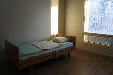 Tilavissa huoneissa on valmiina moottoroitu sänky.