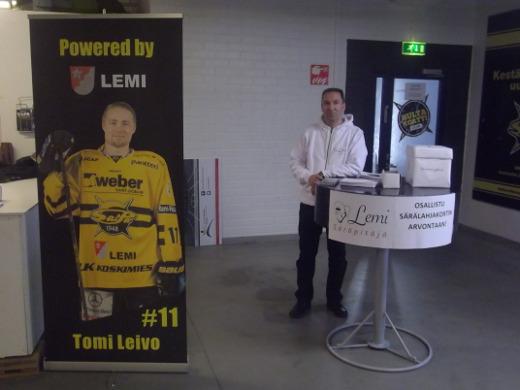 Kunnanjohtaja Jussi Stoor seisoi kunnan ständin takana ja Lemin nimikkopelaajan Tomi Leivon pahvihahmo sen edessä.