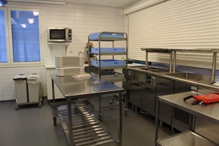 Ruoka tuodaan Palolakodin keittiöstä ja jaetaan jakelukeittiössä. Siinä myös valmistetaan aamiainen.