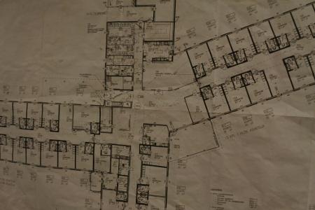 Rakennustyön aikana nuhraantuneesta pohjakuvasta selviää yhä, että rakennusta riittää neljään suuntaan.