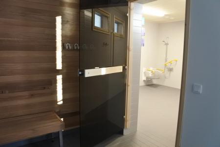 Myös saunaosastolla on tilaa liikkua apuvälineiden kanssa.