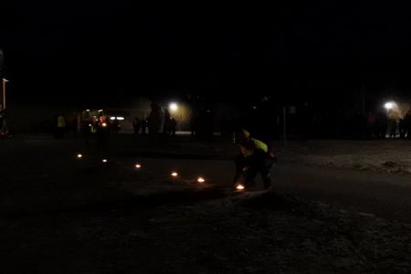 Palokuntanuorilla oli kymmeniä ja taas kymmeniä soihtuja saseteltavina pihapokujen reunaan.