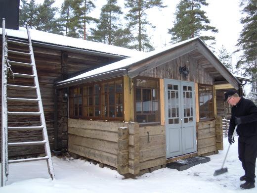 Kinkerit pidetään museolla, jonka rappuja kuvassa puhdistaa kotiseutuyhdistyksen uusi puheenjohtaja Kari Haiko.