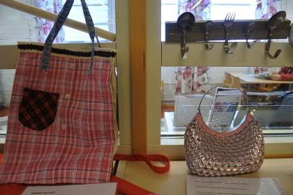 Vanhoista vaatteista saa laukun, samoin limsatölkin klipseistä. Vanhat lusikat taipuvat naulakoksi.