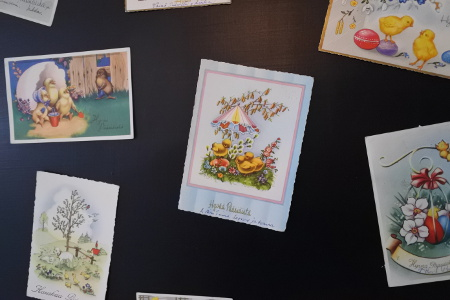 Rekvisiitaksi on löydetty muun muassa vanhoja pääsiäiskortteja.