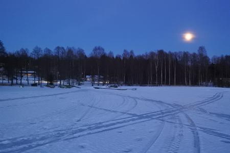 Päättyvän talven ladut ja kelkkareitit kirjovat jään pinnan.
