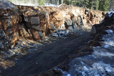 Uusi tie rantaan on leikattu kallioon, mistä on saatu rakennusaineita penkereen rakentamiseen.