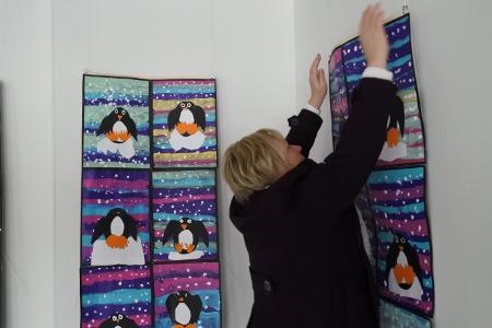 Pappilan kuiva ilma tuppaa kipristämään piirustuspaperia, Opettaja Anne Rousku oikoo pingviinejä.