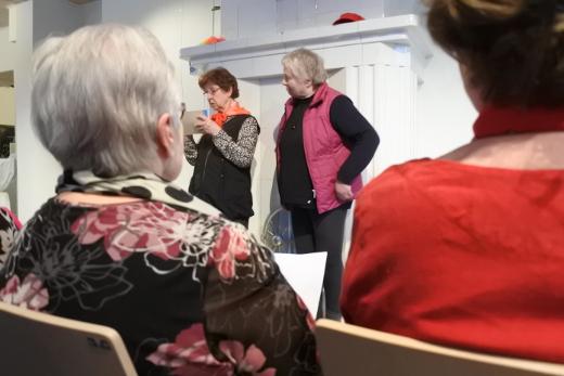 Esityksen aloittivat Lemin lausujat, muiden muassa Aira Grén (vas.) ja Ritva Lehtonen.