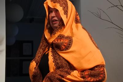 Aila Haara lausui muun muassa Juicen tekstin Kameli Himangalla.