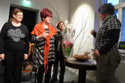 Ryhmiä ohjasi Johanna Juslin. Hän sai Lemillä kukat Liisa Junnosen, Sirkku Heimosen (vas.), Liisa Junnosen ja Aira Grénin ojentamina.