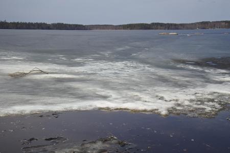 Suntianlahden rannoilla vesi lainehtii vapaana.
