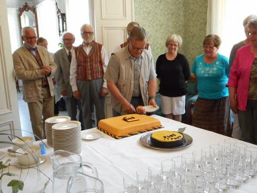Kunnanjohtaja Tapio Iso-Mustajärvi sai kunnian ottaa kakusta ensimmäisen palan.