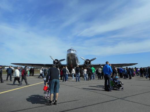 Hopeisen hohtavat, leveät DC3:n siivet houkuttivat sisätiloihinkin. Jonot olivat valtavan pitkät.