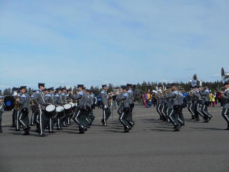Kuviomarssia sotilassoittokunnan tahtiin toki katselimme suurella nautinnolla.