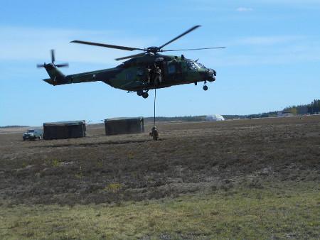 Taisteluharjoituksessa tiedustelijat hyppäsivät masstoon, ja kohta varsinaiset taistelijat pudottautuivat kuljteuskopterista köyttä myöten torjumaan vihollisen tuhotöitä.