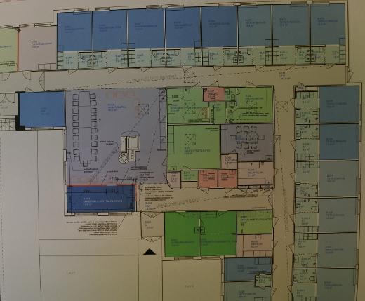 Parakkiviraston seinällä on ollut katsottavissa, miten työhuoneet sijoittuvat entisiin asuin- ja potilashuoneisiin.