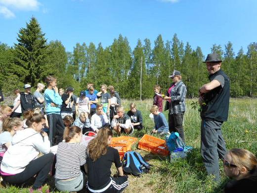 Oppaana oli yrttitietouteen kouluttautuva Anna Lerkki , joka on  kuvassa keskellä antamassa ohjeita.
