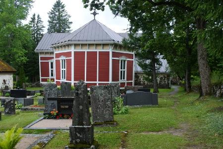 Kirkon sakasti (kuvan oikeassa laidassa) on tehty kivestä.