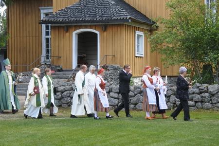 Messu päättyi ristisaattoon, jossa piispa asteli viimeisenä.