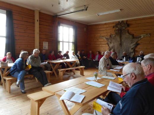 Hyrkkälän väki kokoontui entiselle koululle laulamaan kesäisiä lauluja.