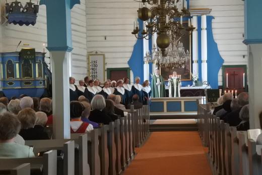 Piispa Seppo Häkkinen avusti seurakuntapastori Katariina Äijälää ehtoollisen jaossa.