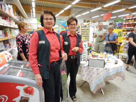 Kahvituspaikalla onnitteluja vastaanottavat  hymyilevät Marja Inkilä ja Heli Kelaranta, jotka ryhtyivät kauppiaiksi parikymmentä vuotta sitten vanhempiensa Eila ja Eero Junnin jäädessä eläkkeelle.